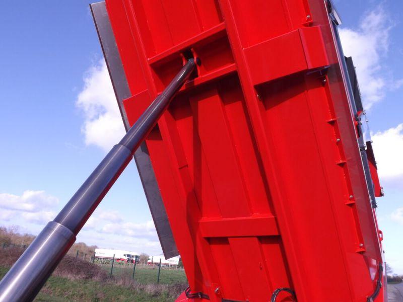 Renforts longitudinaux de fond de caisse agricole