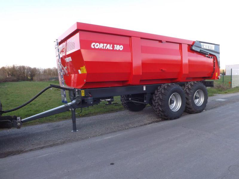 Vue 3/4 avant remorque agricole Cortal 180-67 avec caisse 1 500 mm